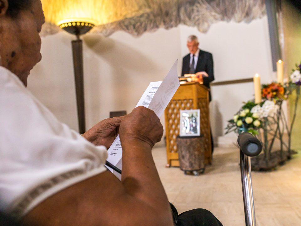 Pastoor leest een stuk voor, afscheidsfotografie